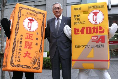 日本家庭薬協会の柴田会長と、正露丸くん、糖衣Aちゃん(大幸薬品)